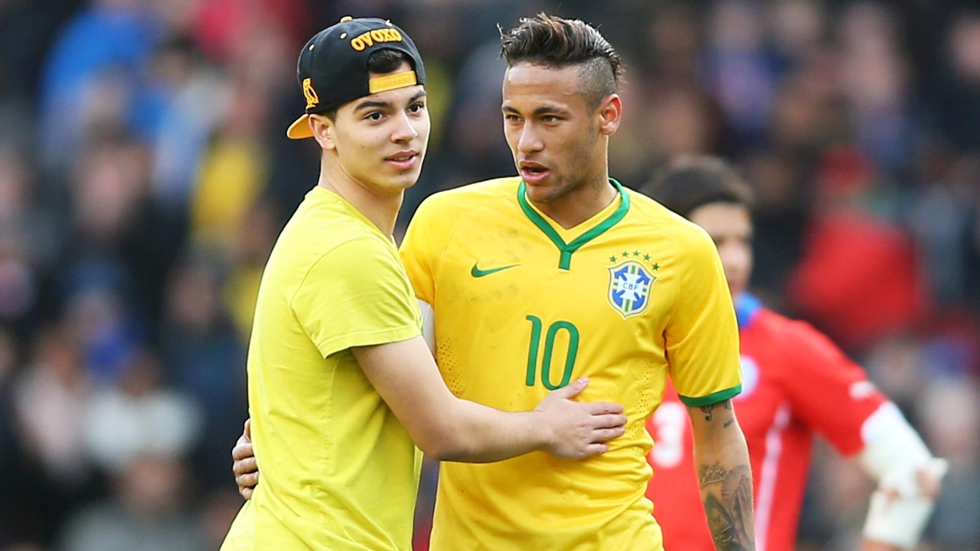 29.mar.2015 - Torcedor invade o gramado e abraça Neymar no Emirates Stadium