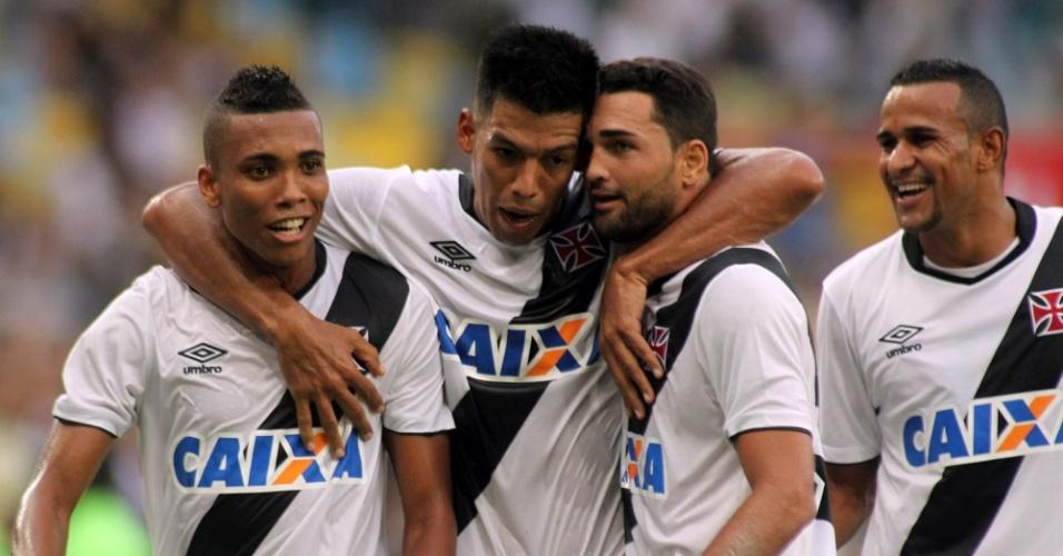 Jogadores do Vasco comemoram com Gilberto gol do Vasco no clássico contra o Botafogo