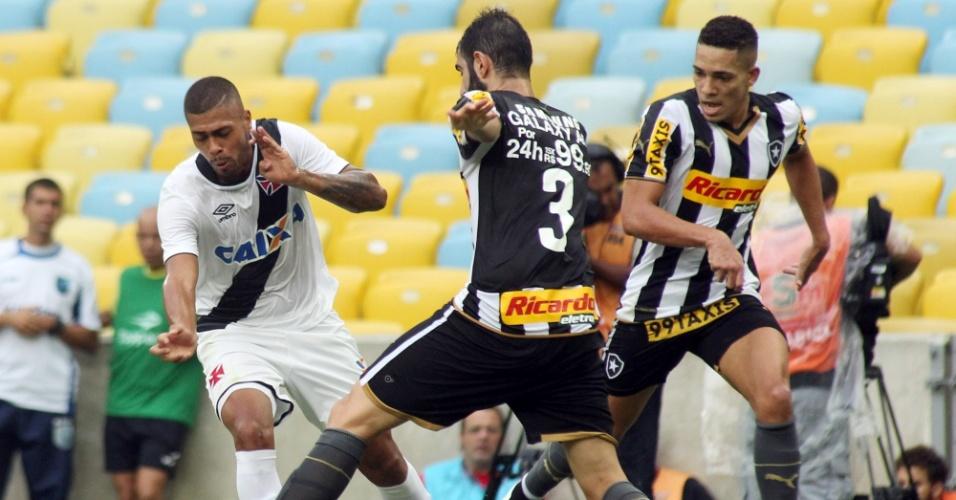 Jogadores do Vasco e Botafogo em ação durante clássico do Campeonato Carioca