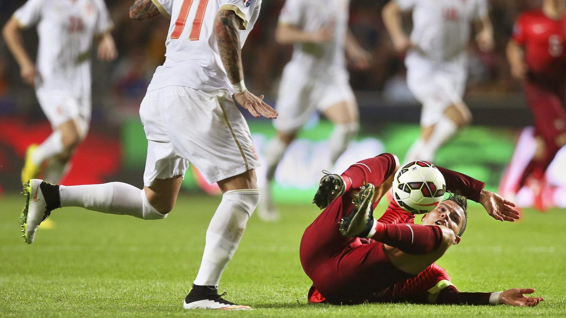 Muito caçado em campo, Cristiano Ronaldo teve atuação discreta e foi constantemente ao chão relcmando de faltas