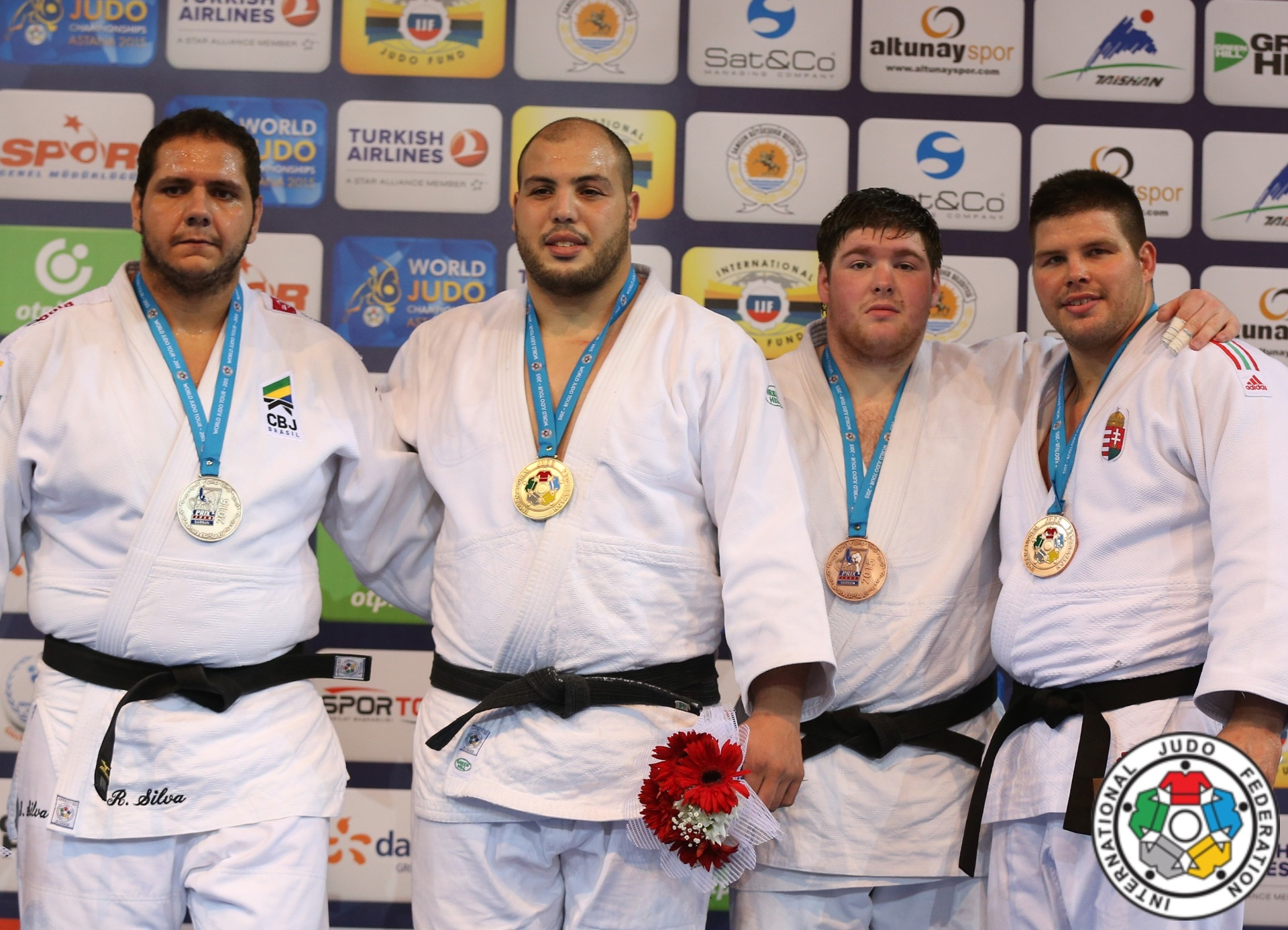 Rafael Silva (primeiro à esquerda) com a sua medalha de prata