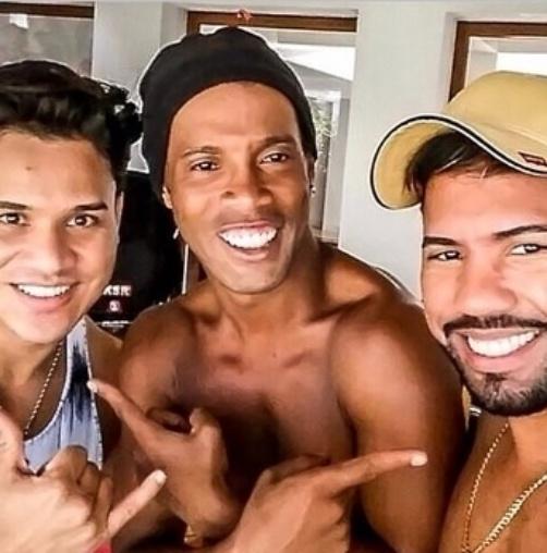 30.mar.2015 - Ronaldinho Gaúcho com a dupla sertaneja João Lucas e Marcelo gravaram nova música juntos. Dupla foi à festa de aniversário do jogador.