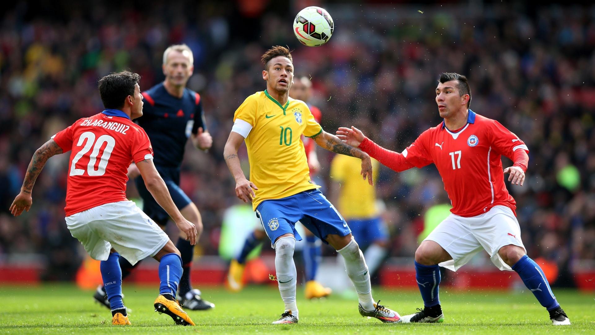 Neymar disputa a bola com dois chilenos durante amistoso da Seleção Brasileira
