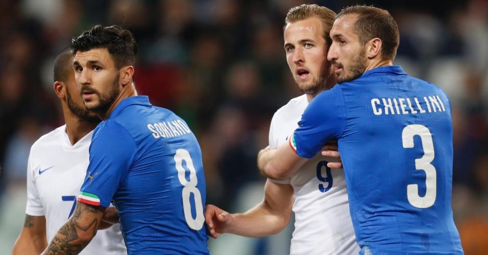Chiellini faz marcação apertada em Harry Kane, durante amistoso entre Itália e Inglaterra
