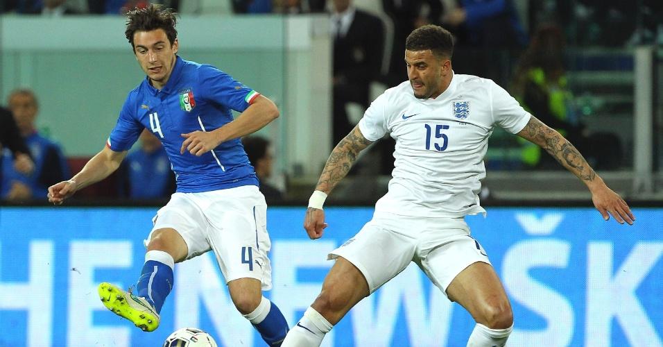 Matteo Darmian, da Itália, disputa bola com Kyle Walker, da Inglaterra, durante amistoso