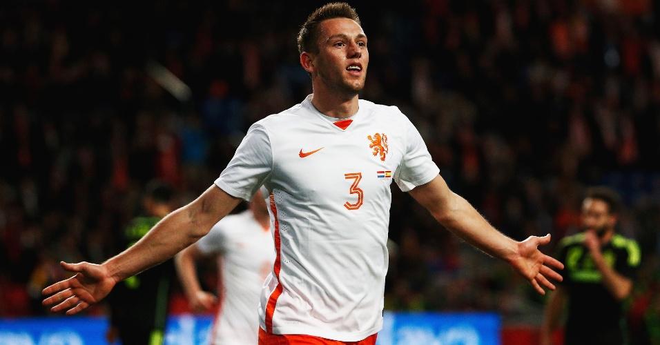 Stefan de Vrij comemora o primeiro gol da Holanda contra a Espanha, em amistoso