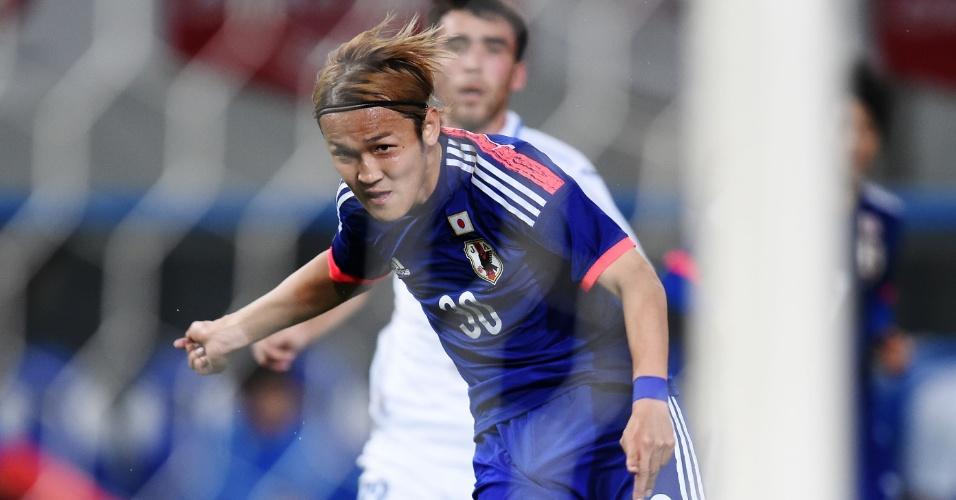 Takashi chuta para fazer o quarto gol do Japão no amistoso contra o Uzbequistão