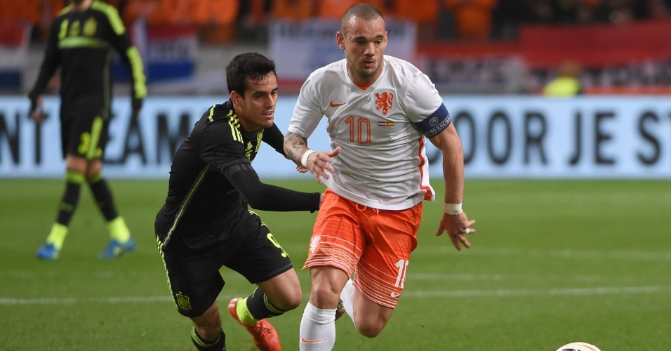 Wesley Sneijder é marcado por Juanmi durante amistoso entre a Holanda e a Espanha