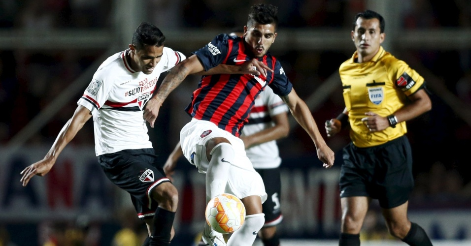 Alan Kardec sentiu contusão ainda no primeiro tempo da partida entre São Paulo e San Lorenzo, pela Libertadores