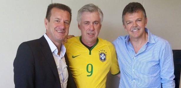 Ancelotti posa com camisa da seleção brasileira