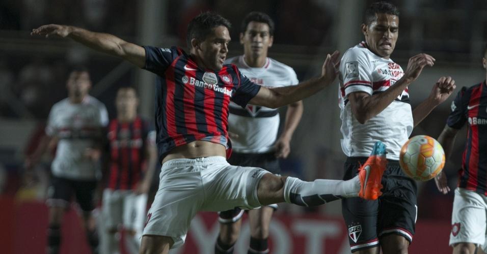 Caruzzo e Alan Kardec disputam a bola no confronto entre São Paulo e San Lorenzo, válido pelo Libertadores