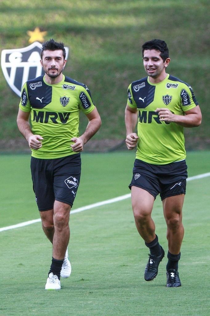 Dátolo e Guilherme já fazem atividades no campo da Cidade do Galo