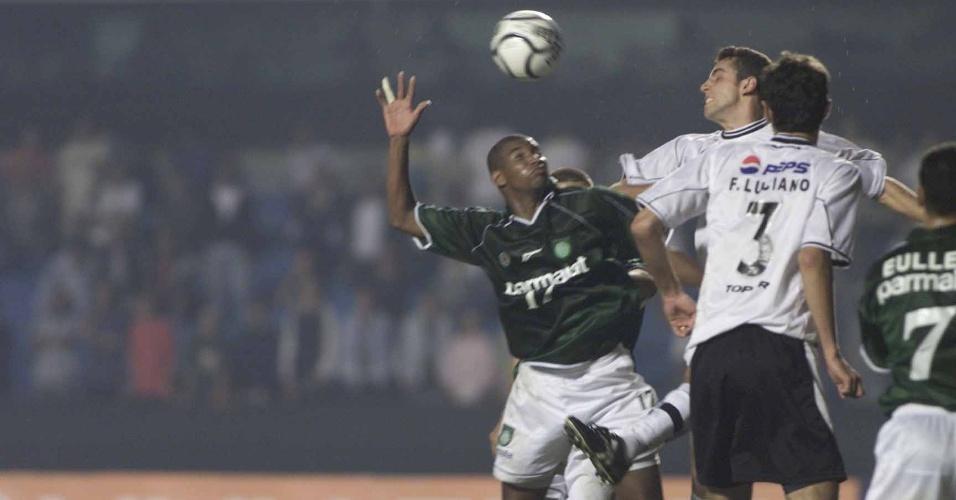 Edu e Fábio Luciano em ação na semifinal da Libertadores de 2000, contra o Palmeiras, no Morumbi