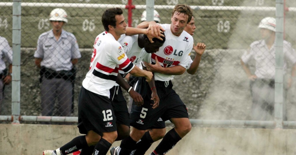 Grafite é saudado por Falcão e Lugano após marcar contra o Mogi Mirim, na última rodada do Paulistão 2005
