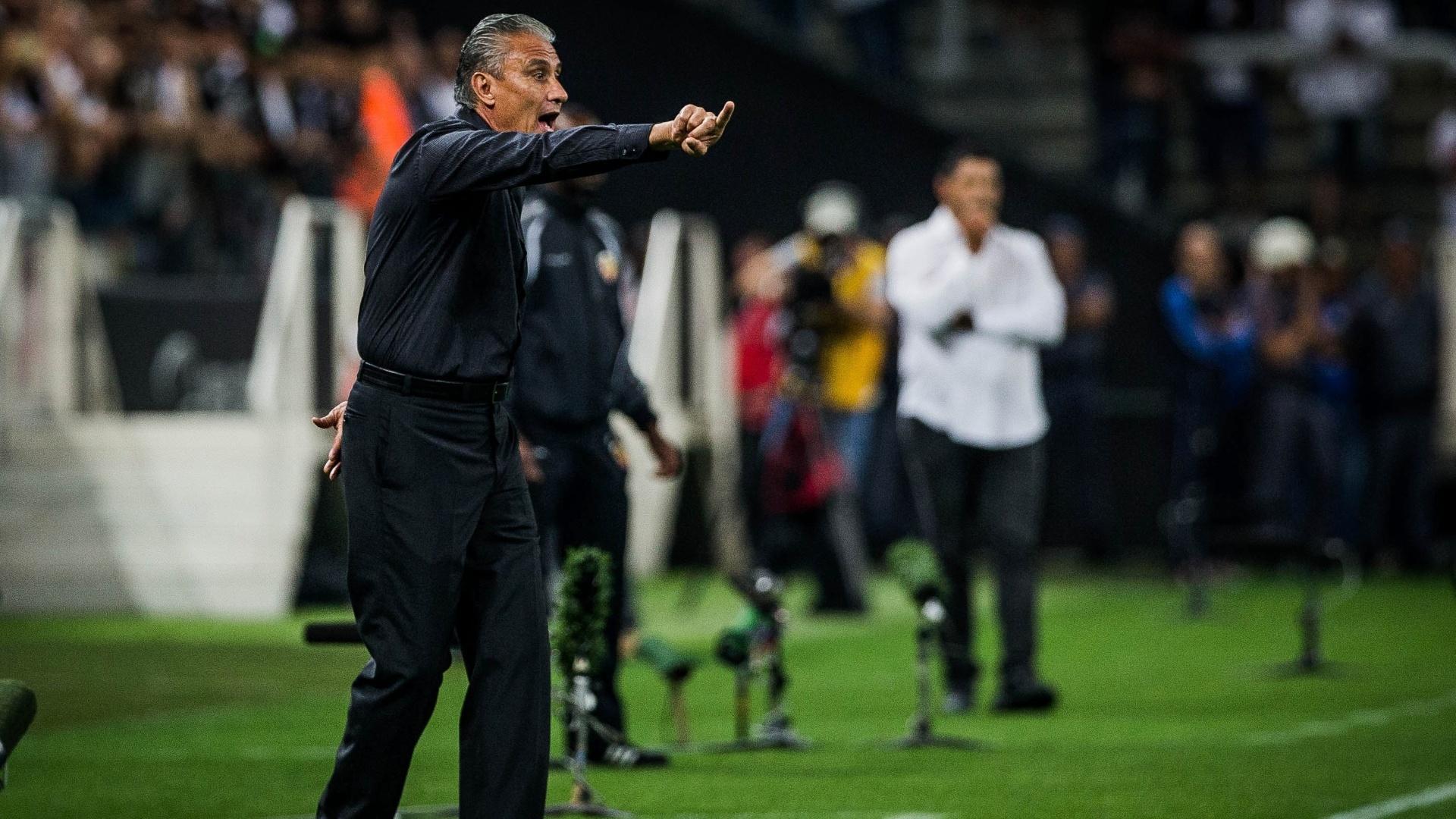 Tite orienta os jogadores do Corinthians durante a vitória sobre o Danubio, na Libertadores