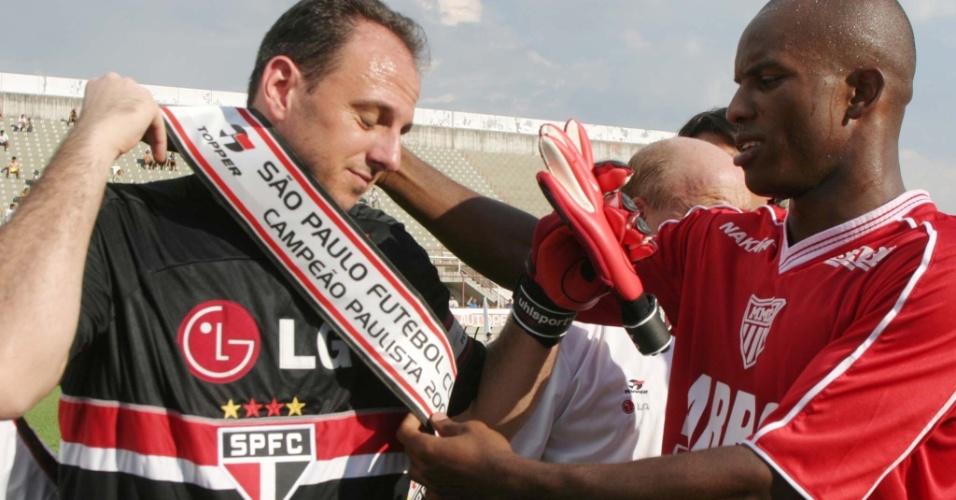 Jogador do Mogi Mirim entrega a faixa de campeão para Rogério Ceni, na última partida do Paulistão 2005
