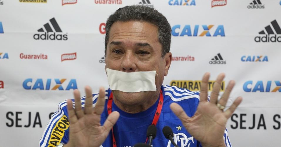 Vanderlei Luxemburgo fez um pronunciamento nesta sexta-feira e colocou um esparadrapo na boca em protesto contra a censura no Campeonato Carioca