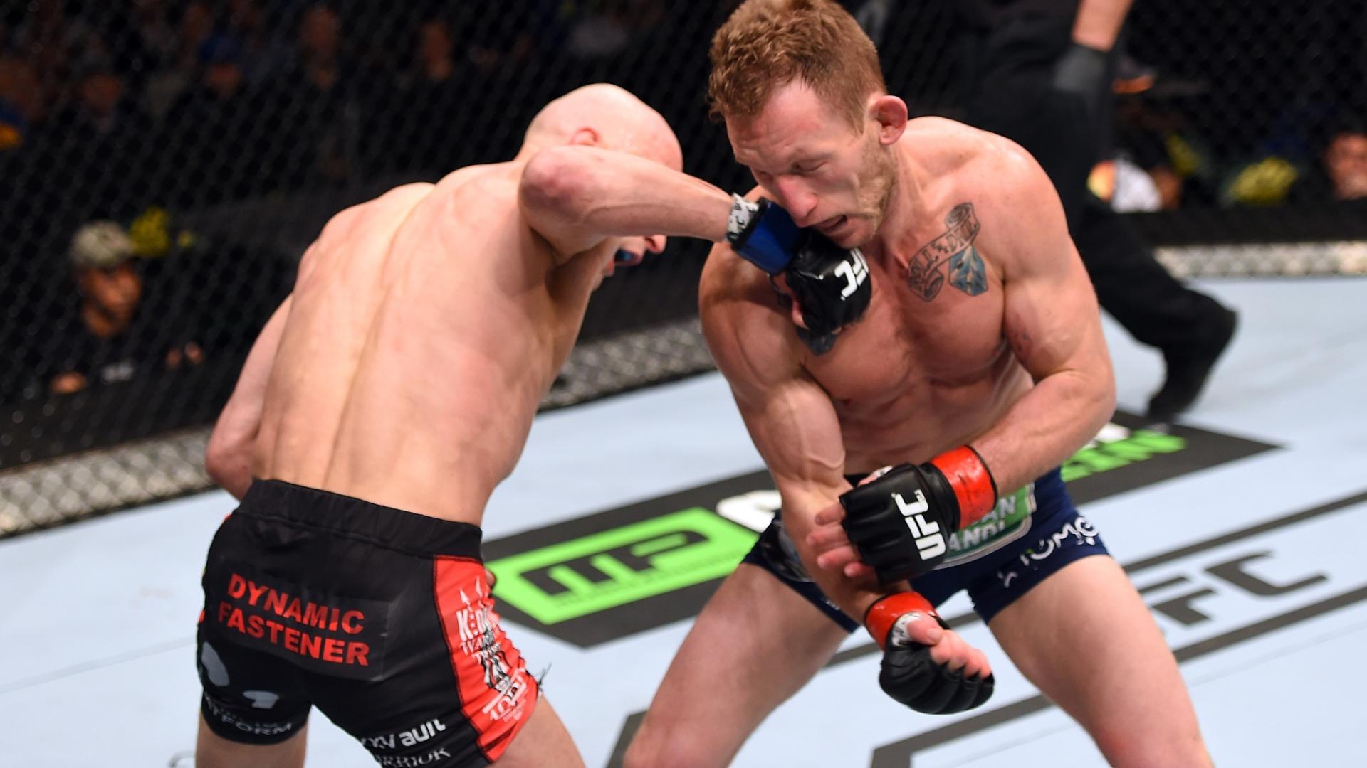 Alexander Yakovlev acerta em cheio Gray Maynard, durante sua vitória no UFC em Fairfax (EUA). Maynard perdeu pela quarta vez seguida e pode ser demitido do UFC