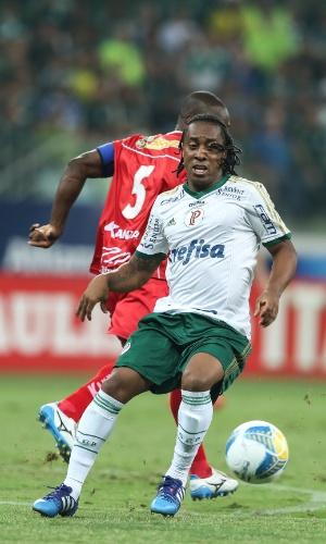 Arouca passar por rival no embate entre Palmeiras e Mogi Mirim