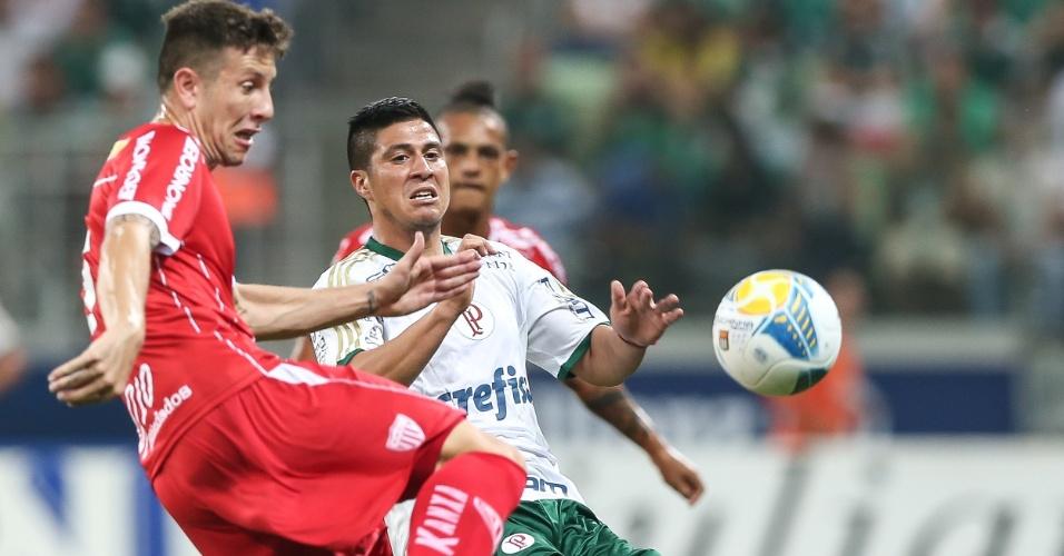 Cristaldo disputa bola com jogador do Mogi Mirim em partida disputada na Allianz Parque
