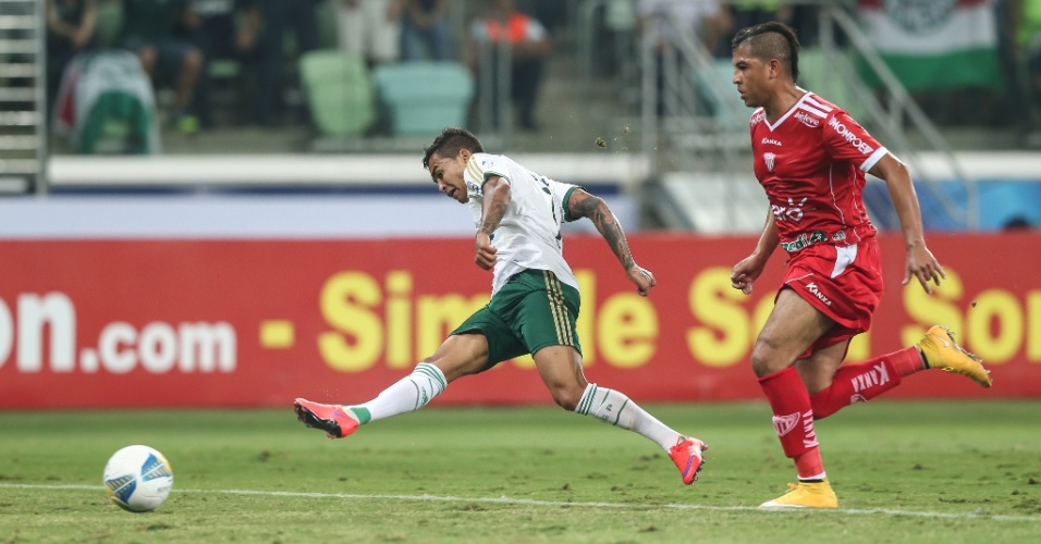 Dudu chuta para marcar seu segundo gol na partida entre Palmeiras e Mogi Mirim, pelo Campeonato Paulista, realizada na arena Allianz Parque
