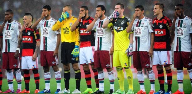 Jogadores de Flamengo e Fluminense protestam antes de jogo