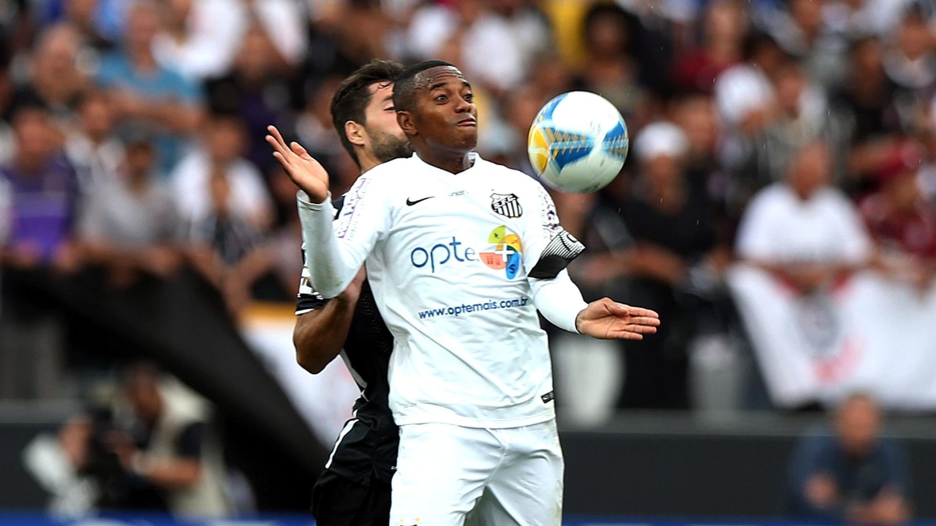 Robinho, atacante do Santos, se esforça para dominar no peito diante da marcação de Felipe, do Corinthians, em clássico pelo Camp. Paulista