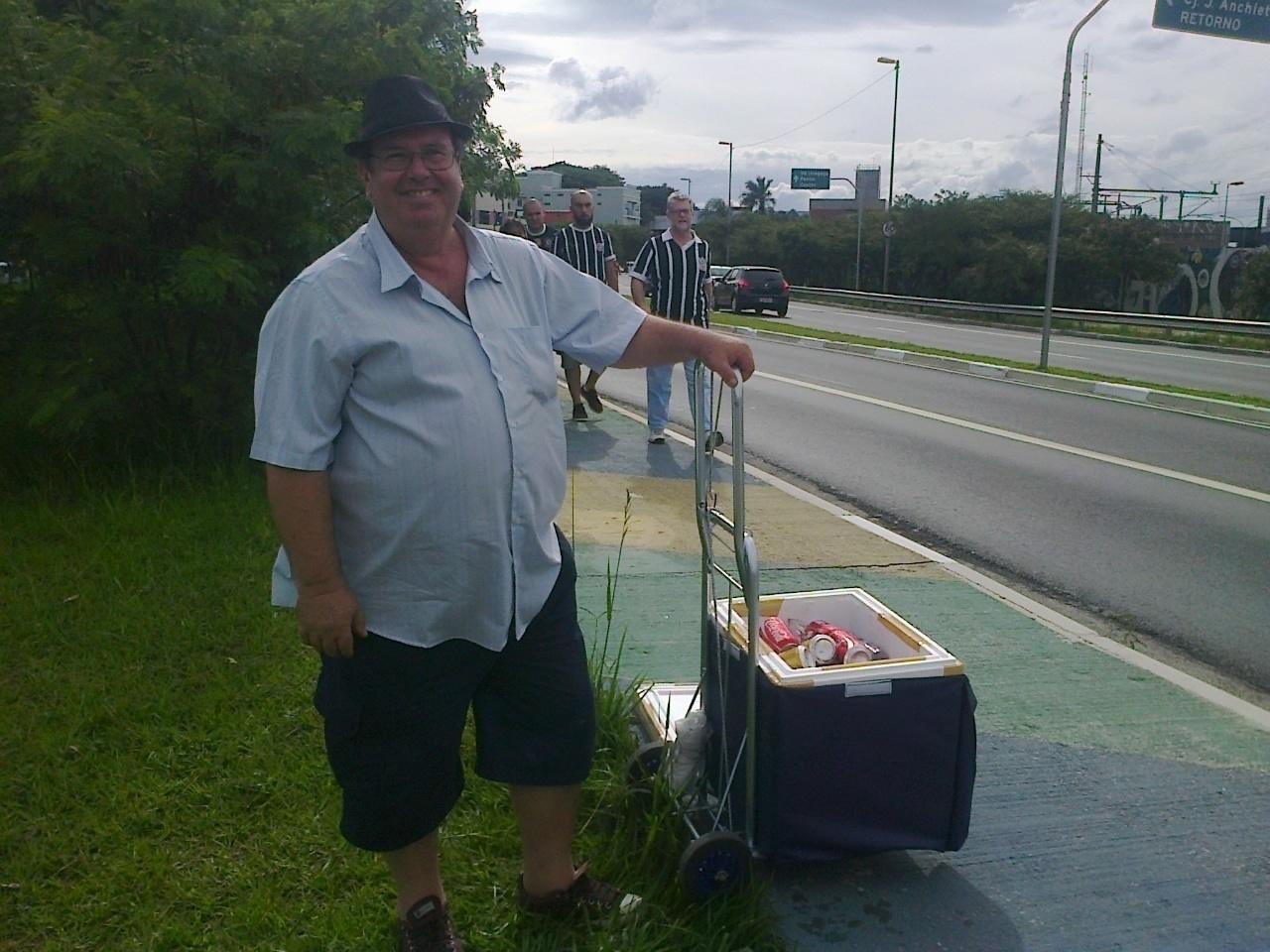 Ao longo do trajeto, existem vendedores ambulantes, como Antonio Rosseto