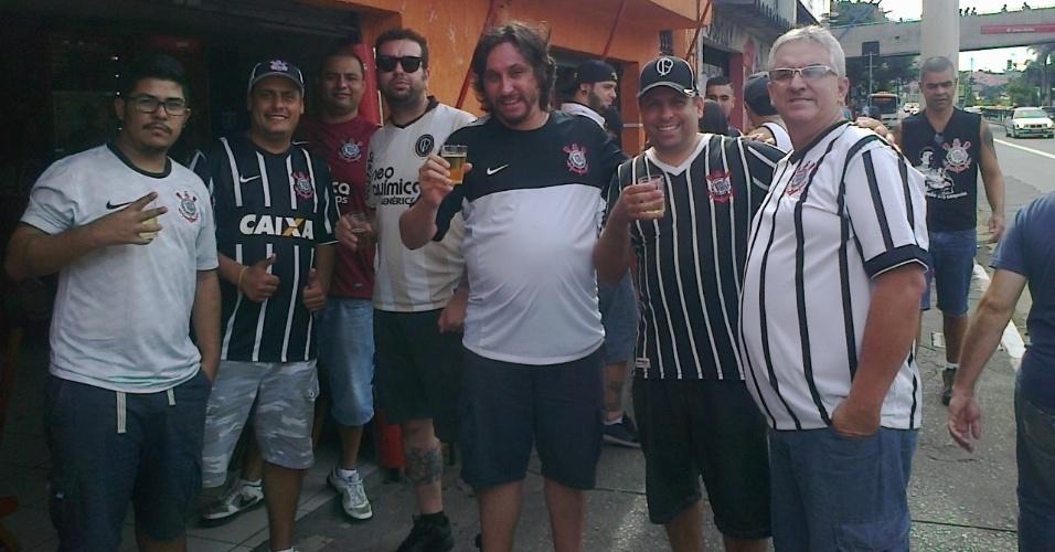 Ir de bicicleta também pode ser uma boa opção para quem quer beber uma cerveja, mas sem exageros, como José Tiago (ao centro)
