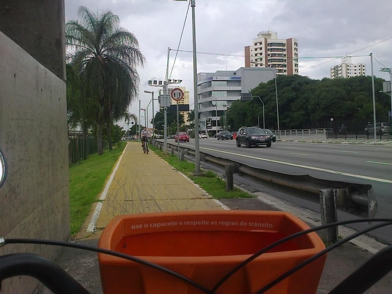 Utilizar a bicicleta pode ajudar a fugir do trânsito que fica na região nos dias de jogos