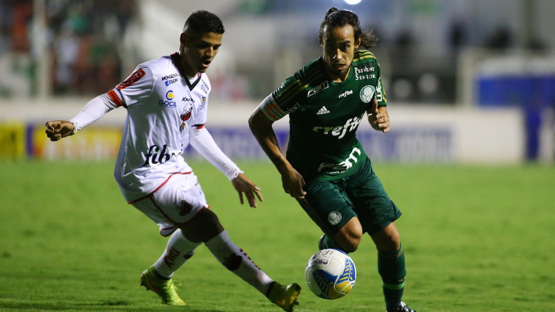 Valdivia em ação durante a partida Palmeiras e Ituano, que marcou o seu retorno ao time titular