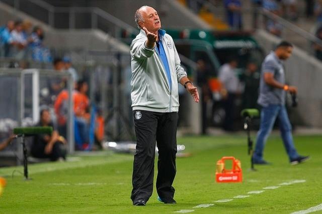 09 abr 2015 - Felipão comanda o Grêmio em jogo contra o Novo Hamburgo
