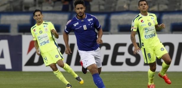 Ao lado de Paulo André, zagueiro Léo foi o responsável por proteger o gol de Fábio