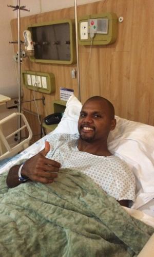 Goleiro Jefferson faz sinal de positivo após cirurgia bem-sucedida