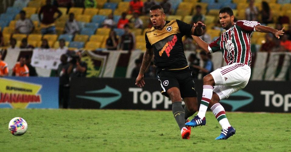 Bill e Gum disputam a bola no clássico Fluminense e Botafogo, na semifinal do Campeonato Carioca