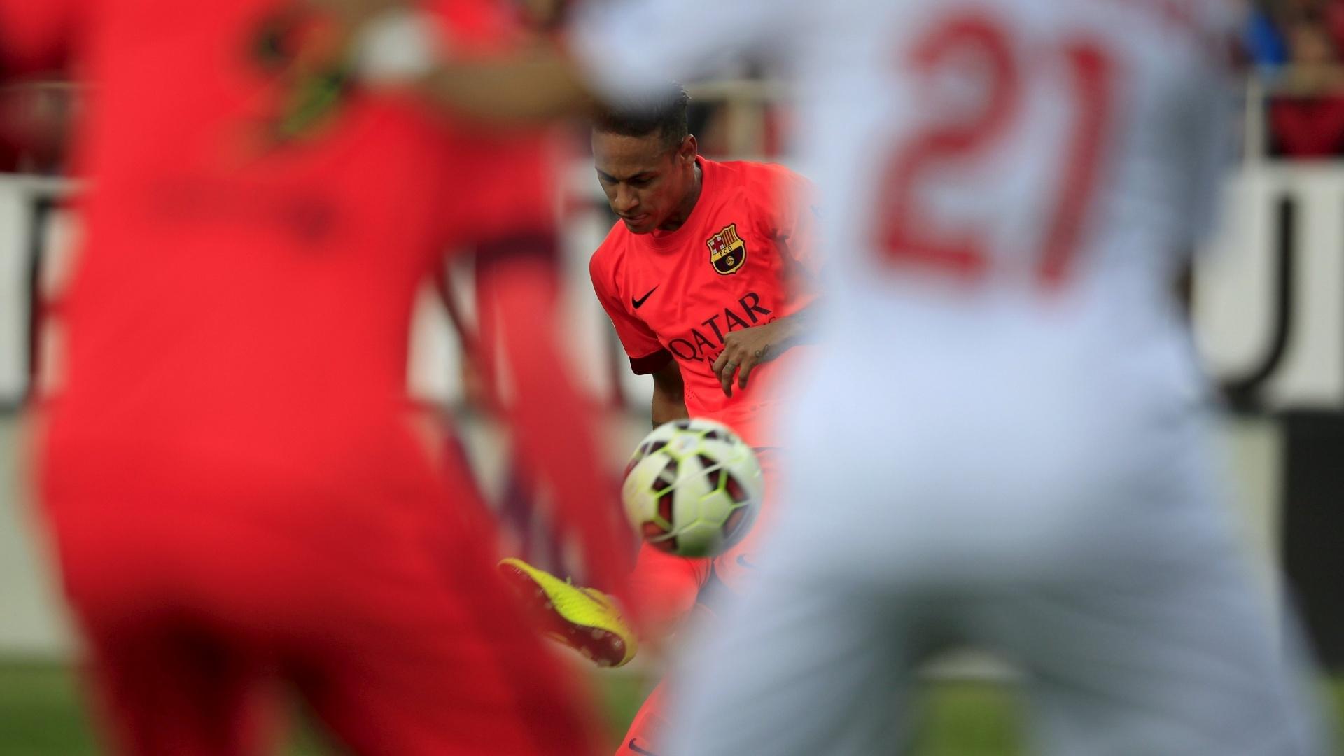 Neymar cobra falta durante a partida Sevilla e Barcelona, válida pelo Campeonato Espanhol