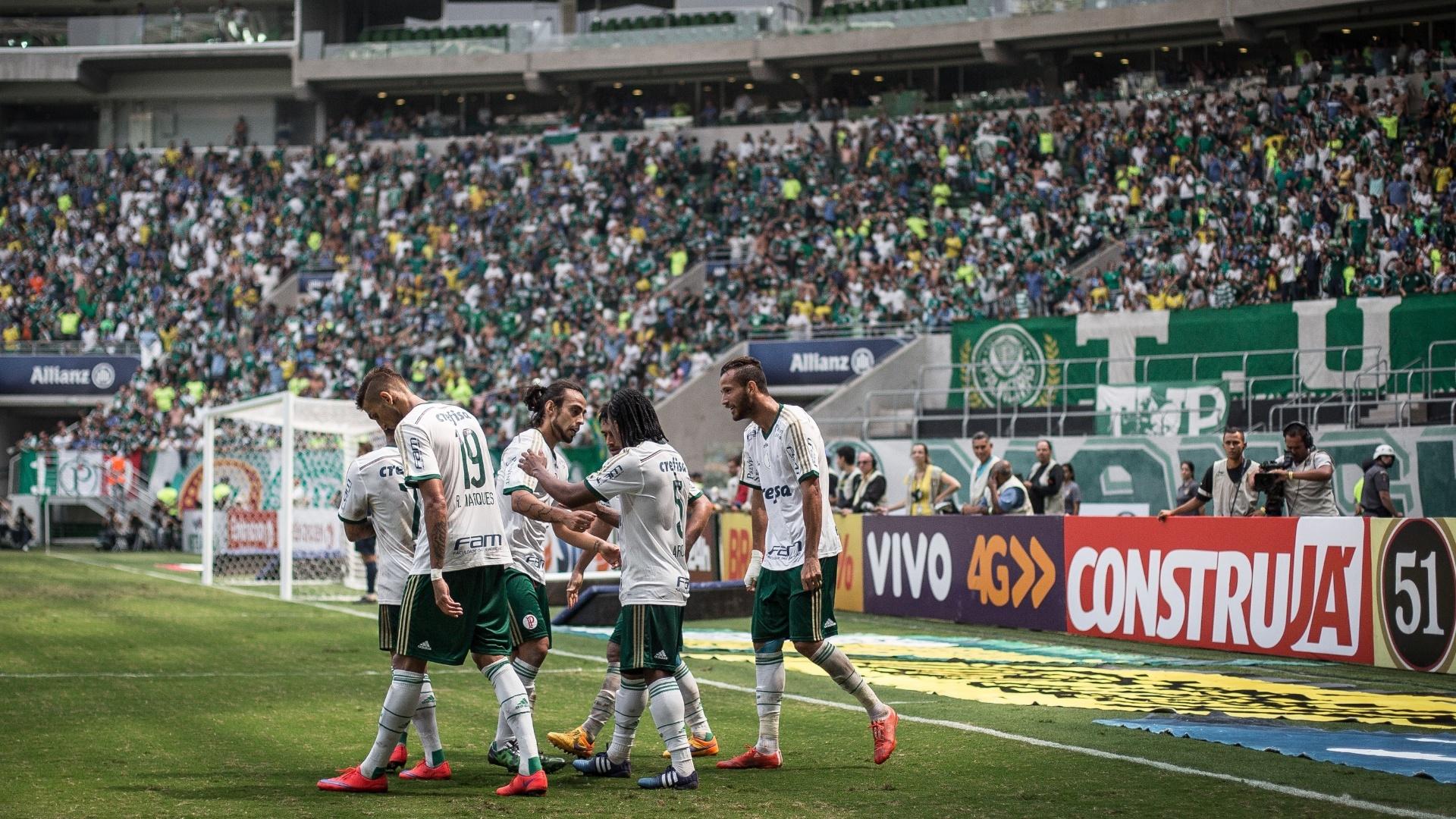 Jogadores do Palmeiras comemoram após Leandro Pereira abrir o placar