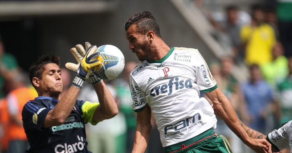 Leandro Pereira disputa bola com goleiro Renan