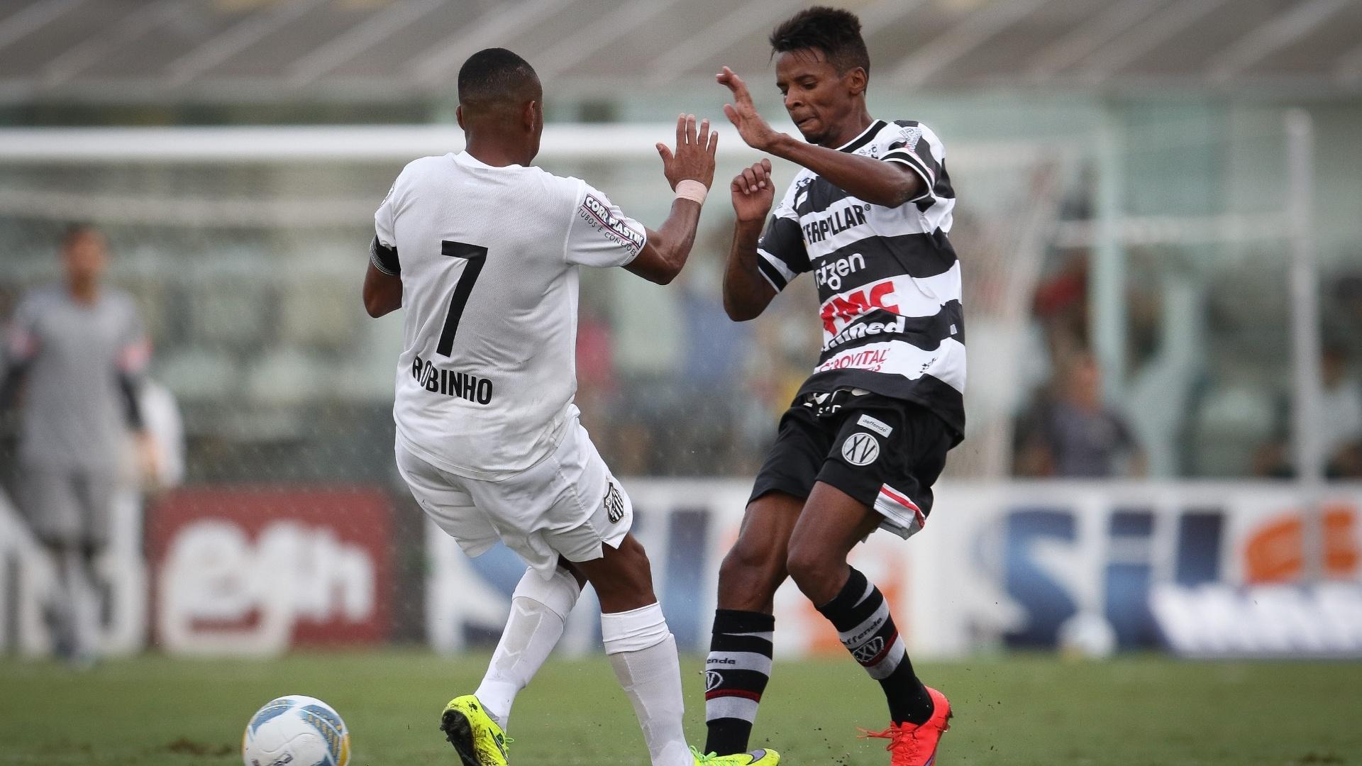Robinho, que marcou abriu o placar para o Santos, disputa a bola na partida contra o XV de Piracicaba, pelo Paulistão