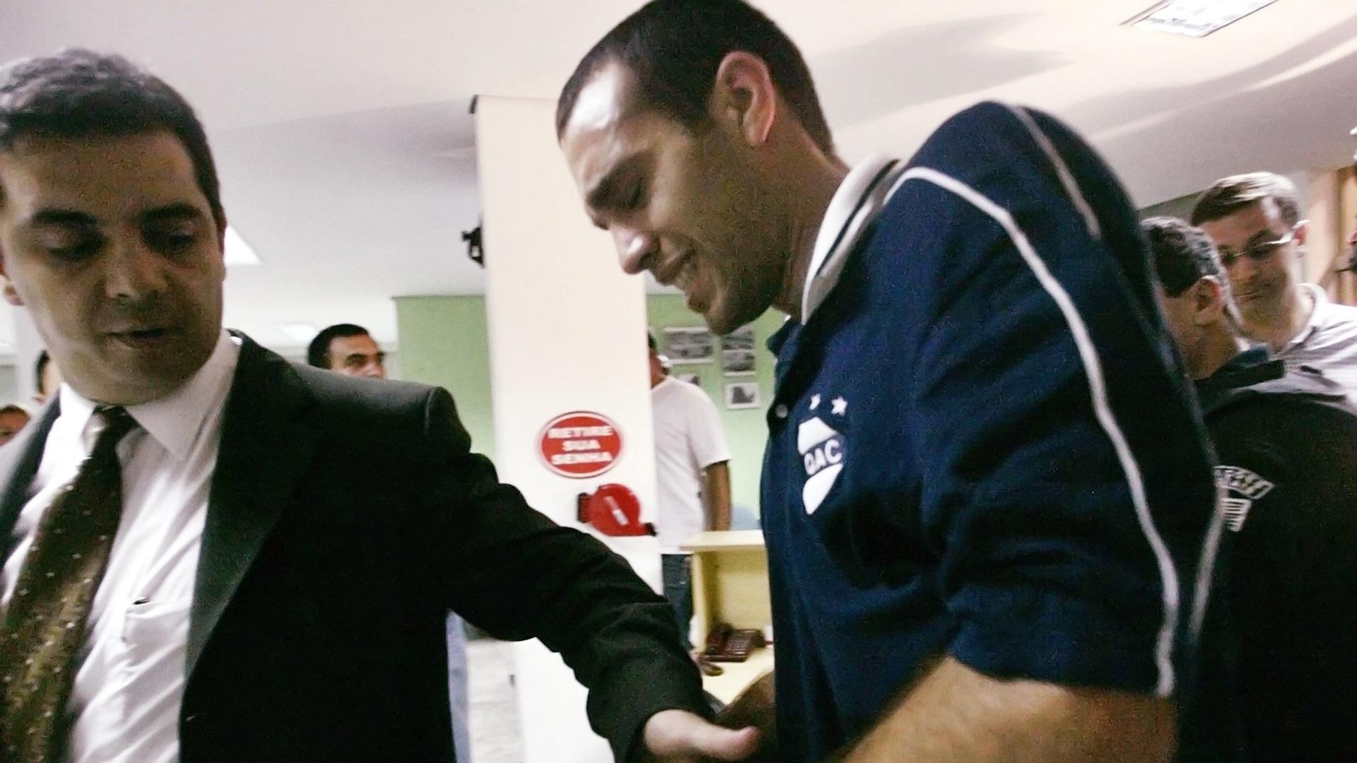 Leandro Desábato é algemando após receber voz de prisão ainda no gramado do Morumbi