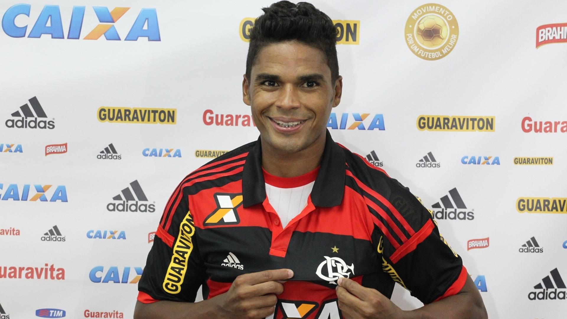 Almir posa com a camisa do Flamengo ao ser apresentado no CT Ninho do Urubu