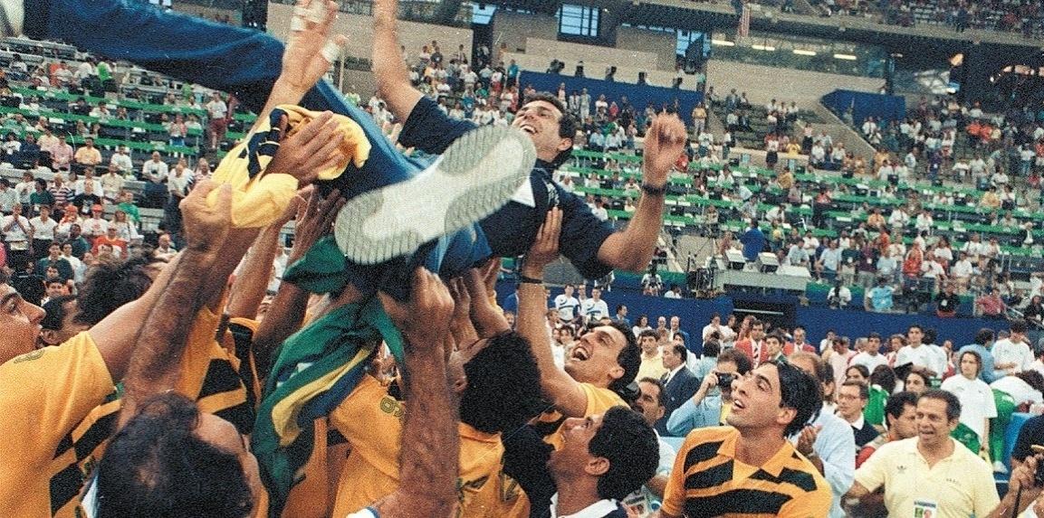 Zé Roberto é jogado ao alto após ganhar a medalha de ouro com a seleção masculina na Olimpíada de Barcelona-1992