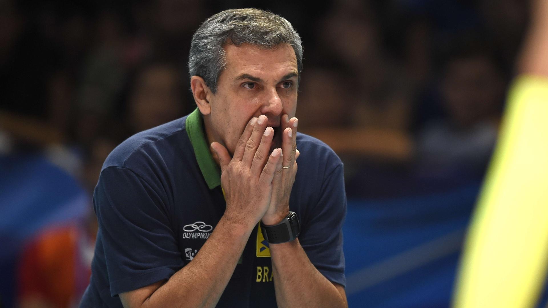 Zé Roberto orienta a seleção durante partida do Mundial da Itália, em 2014