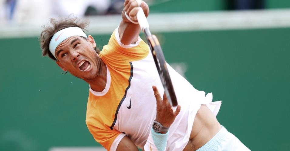 Rafael Nadal saca em sua estreia no Masters 1000 de Monte Carlo
