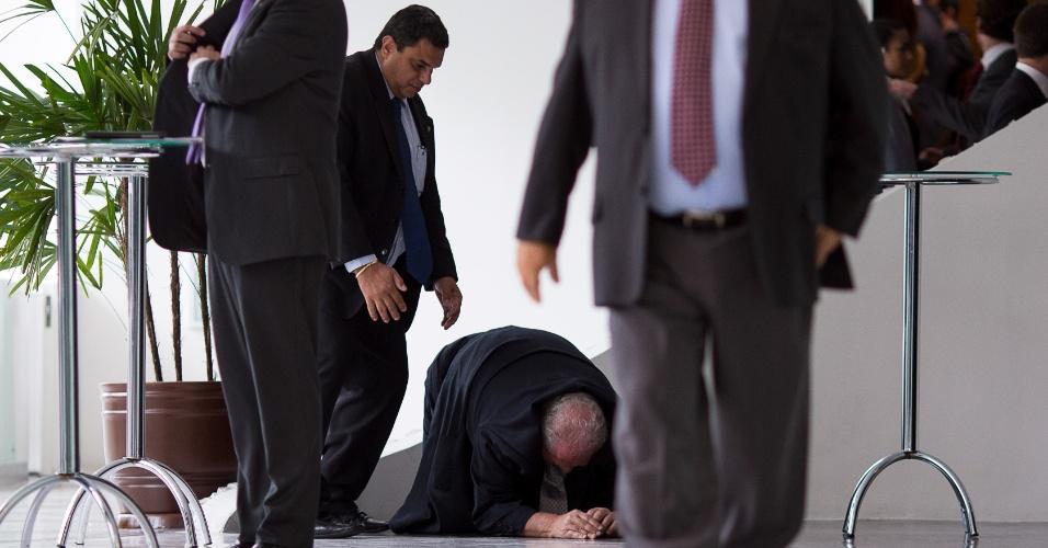 16.abr.2015 - Mustafá Contursi, ex-presidente do Palmeiras, toma um tombo durante evento de posse do novo presidente da CBF, Marco Polo del Nero