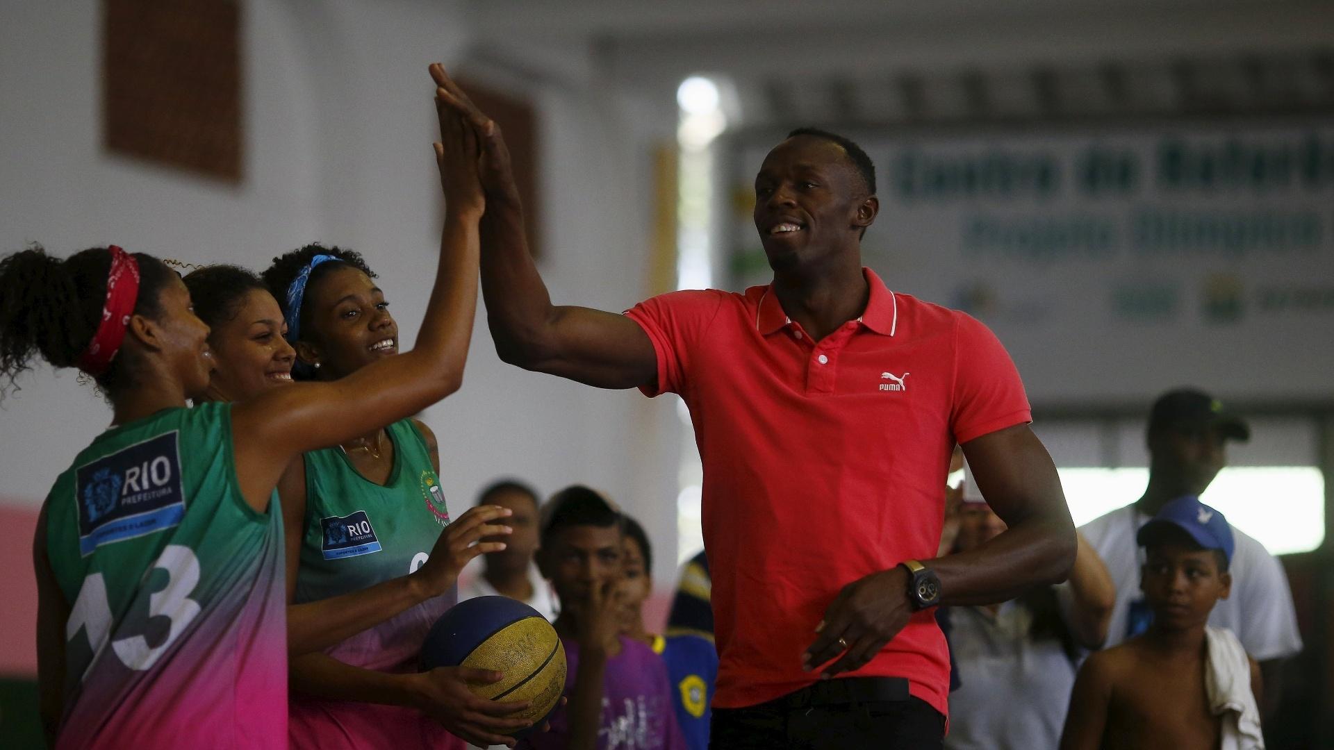 Bolt visita crianças na Favela da Mangueira, no Rio de Janeiro