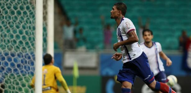 Kieza chegou a 12 gols no ano e é o artilheiro do país na temporada
