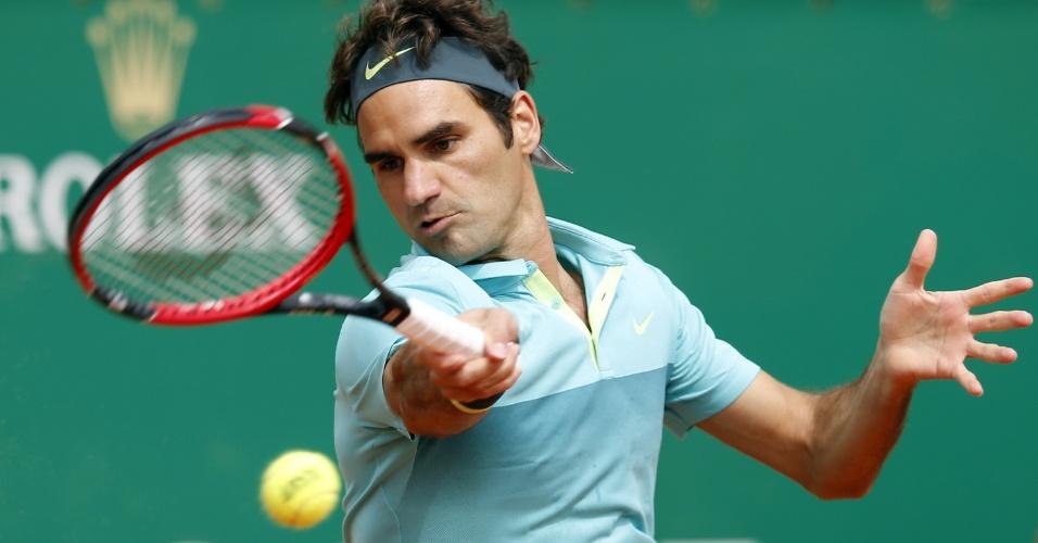 Roger Federer acerta forehand em Monte Carlo