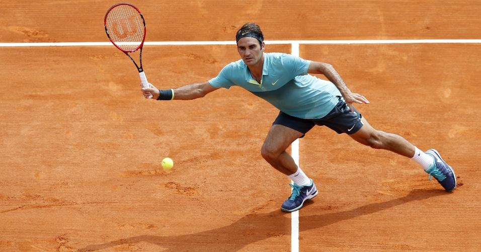 Roger Federer se esteica para devolver bola em Monte Carlo