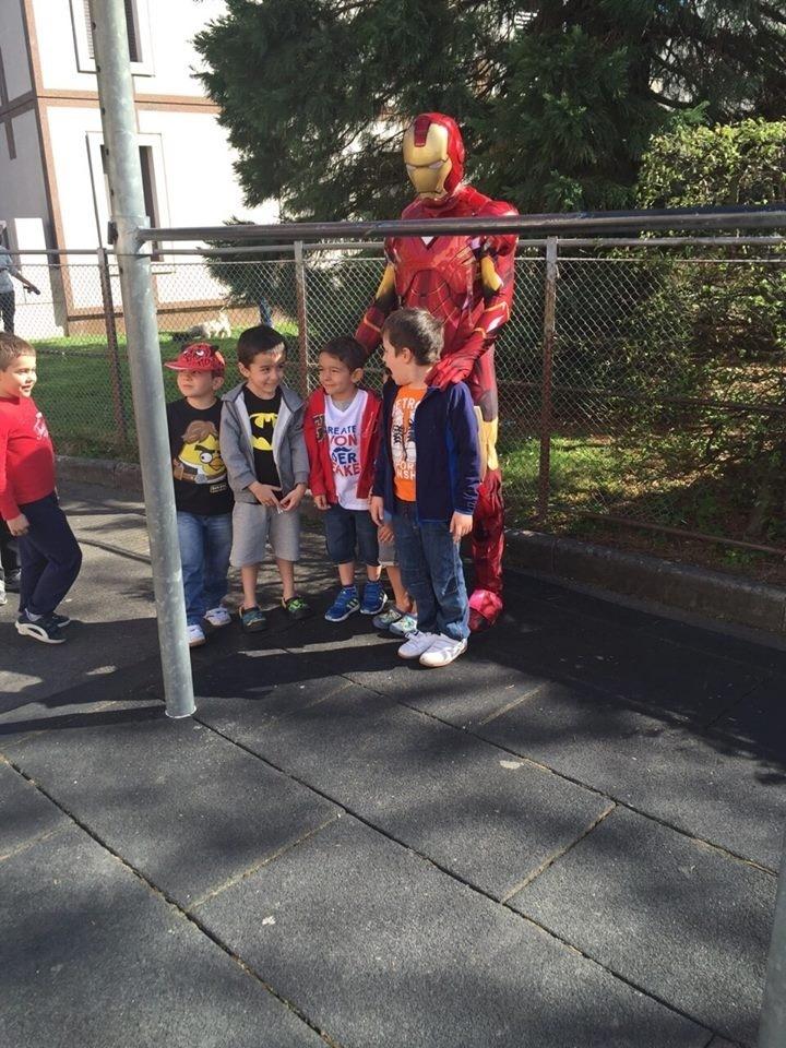 Brasileiro do UFC Igor Araújo se veste de Homem de Ferro para pegar os filhos na escola